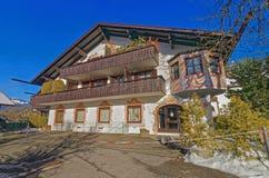 Väggmålningar på de utvändiga väggarna av det charmiga huset i Garmisch-PA Arkivfoton