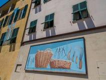 Väggmålningar på det Riomaggiore stadshuset arkivbilder