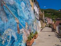 Väggmålningar på det Riomaggiore stadshuset arkivfoto