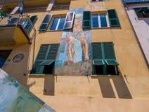 Väggmålningar på det Riomaggiore stadshuset arkivbild