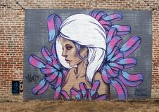 42 väggmålningar projekterar väggväggmålningen av Hatziel Flores, djupa Ellum, Texas Royaltyfri Bild