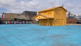 42 väggmålningar projekterar väggväggmålningen och gulnar huset, djupa Ellum, Texas Arkivfoton