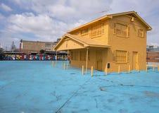 42 väggmålningar projekterar väggväggmålningen och gulnar huset, djupa Ellum, Texas Royaltyfri Bild