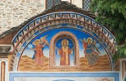 Väggmålningen ovanför ingången till den huvudsakliga templet av den Rila kloster i Bulgarien Arkivbild