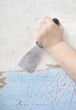 Väggreparationen tar bort målarfärg, spackel Arkivfoton