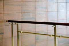 Väggstrukturen göras av stenkvarter under granit naturlig stentextur Brun röd sten Metallräcke med arkivfoton