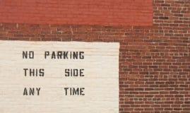 Väggtecken med ingen parkering Arkivbilder
