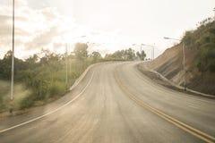 Väghuvudväg runt om skogbakgrund thailand lopp arkivfoto