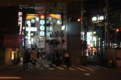 Vägkorsning och neonljus, Osaka Arkivbild