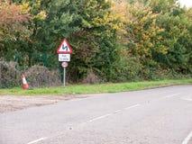 Vägkrökningtecken för halva en milstolpepol som inga bilar transporterar Royaltyfri Bild