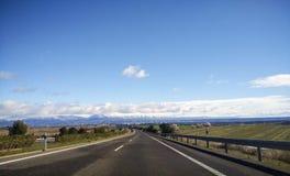 Väglanscape med insnöade berg Royaltyfri Fotografi