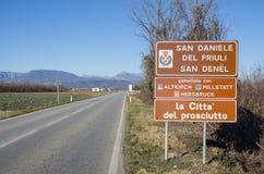Vägmärke av San Daniele del Friuli royaltyfria foton