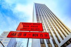 Vägmärke bak byggnad av brunnar Fargo Center i i stadens centrum port Royaltyfria Bilder