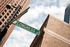 Vägmärke bland skyskraporna i Boston Royaltyfria Bilder