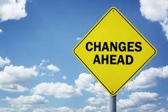 Vägmärke för ändringar framåt arkivbilder