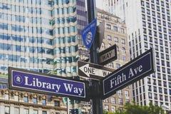 Vägmärke för aveny för arkivväg 5th bredvid NY-offentliga biblioteket a Royaltyfri Bild