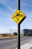 Vägmärke för bula för långsam hastighet på den bostads- gatan Arkivbild