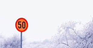 vägmärke för hastighetsbegränsning 50kmh Arkivbilder