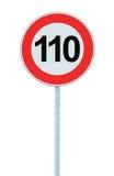 Vägmärke för hastighetsbegränsningzonvarning som isoleras prohibitiva 110 Km beställning för begränsning för trafik för kilometer Arkivfoto