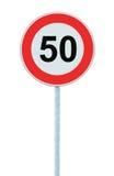 Vägmärke för hastighetsbegränsningzonvarning som isoleras prohibitiva 50 Km beställning för begränsning för trafik för kilometerk Arkivbilder