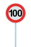 Vägmärke för hastighetsbegränsningzonvarning som isoleras prohibitiva 100 Km beställning för begränsning för trafik för kilometer Arkivbild