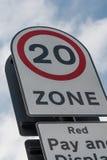 vägmärke för 20 mph Arkivfoto