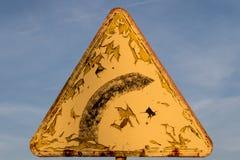 Vägmärke höger vänd Tecken på himmelbakgrund Tecken som förläggas på th Royaltyfria Bilder