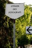 Vägmärke i minnet av staden av Scanno i Italien som är berömd för fotografer, var Cartier Bresson och andra förlage har varit arkivfoton