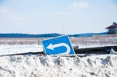 Vägmärke i snö Arkivbilder