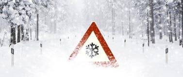 Vägmärke i snö royaltyfria bilder
