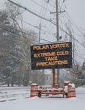 Vägmärke i snövarning av polar virvel arkivfoton