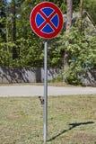 Vägmärke ingen parkering under blå himmel, på gröna gass Europeiska union arkivfoto