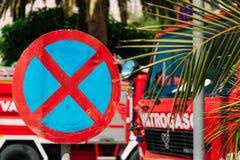 Vägmärke INGET STOPPA Arkivfoto