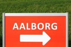 Vägmärke med Aalborg stadsriktning i Danmark Arkivfoto
