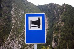 Vägmärke med kamera 8 x 10 som indikerar bildfläcken nära Ainsa, Huesca, Spanien i Pyrenees berg Arkivbild