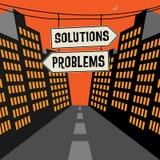 Vägmärke med motsatta pilar och textlösningar - problem Arkivfoton