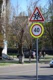 Vägmärke med numret 40 och bilden av barnen som r Royaltyfria Foton
