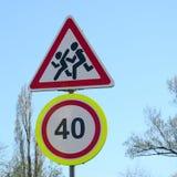 Vägmärke med numret 40 och bilden av barnen som r Arkivfoto