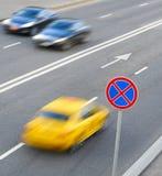 Vägmärke och bilar royaltyfri foto
