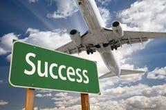 Vägmärke och flygplan för framgång grönt över royaltyfria bilder
