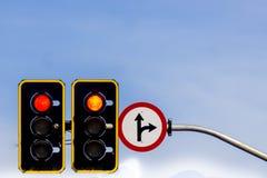 Vägmärke- och trafiktecken arkivbild