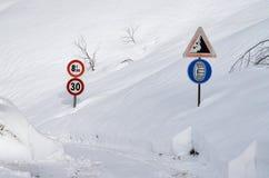 Vägmärke på en bergväg royaltyfri foto