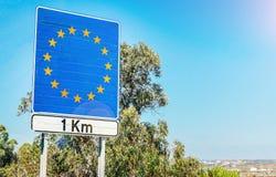 Vägmärke på gränsen som delen av ett europeiskt fackmedlemtillstånd arkivbild