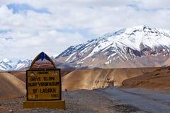 Vägmärke på vägen mellan Manali och Leh, Indien Royaltyfria Foton