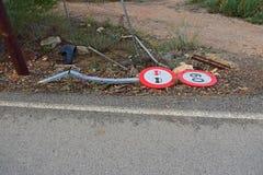 Vägmärke som över knackas av en bil Royaltyfri Bild
