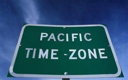 Vägmärke som indikerar Stillahavs- tidzon Arkivbilder