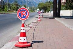Vägmärke` som ingen parkerings` står nära körbanan, i staden royaltyfri foto