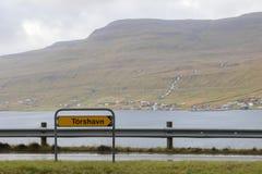 Vägmärke som visar riktningen till TÃ-³rshavn, Faroeen Island arkivbilder