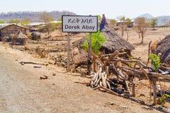 Vägmärke till den Derek Abay byn i Etiopien Royaltyfri Foto