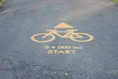 Vägmärken för cyklar på allmänhet parkerar royaltyfri fotografi